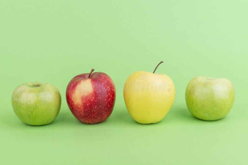 Pflasterstein von Äpfeln auf hellgrünem Hintergrund stockfotos