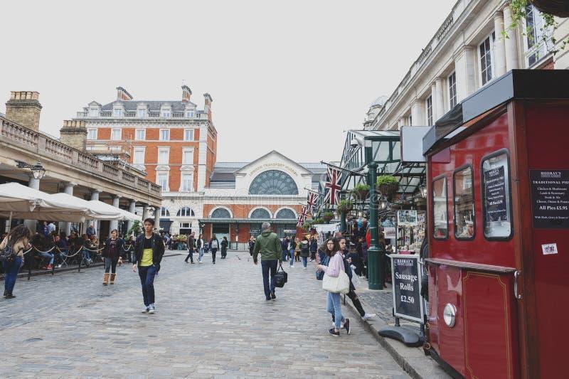 Pflasterstraße vor London-Transport-Museum an Covent-Garten, Westminster-Stadt, London mit Außenbezirken lizenzfreie stockfotos