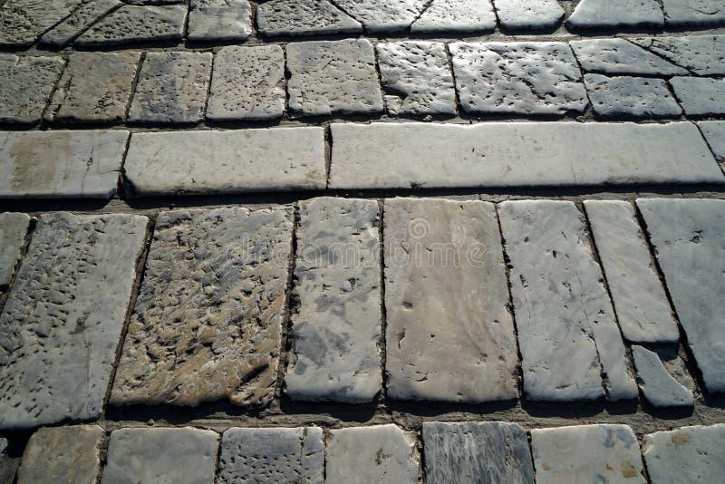 Pflasterung der weißen und grauen Farbziegelsteinmarmorstein-Beschaffenheit der Nahaufnahme im Freien im natürlichen Quadrat- und lizenzfreie stockbilder