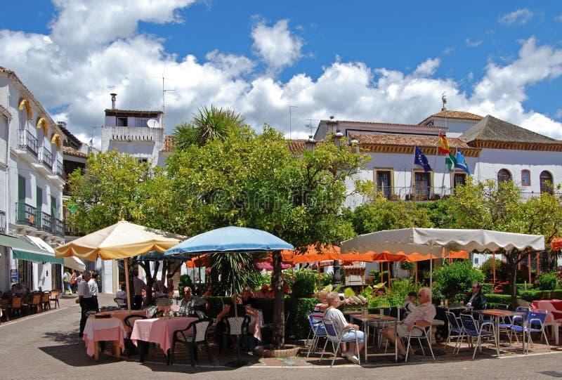 Pflasterungscafés, orange Quadrat, Marbella. stockbild