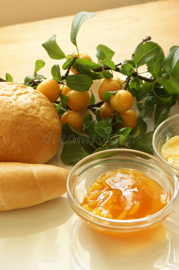 Pflaume marmelade und etwas französische Rolle stockfotografie