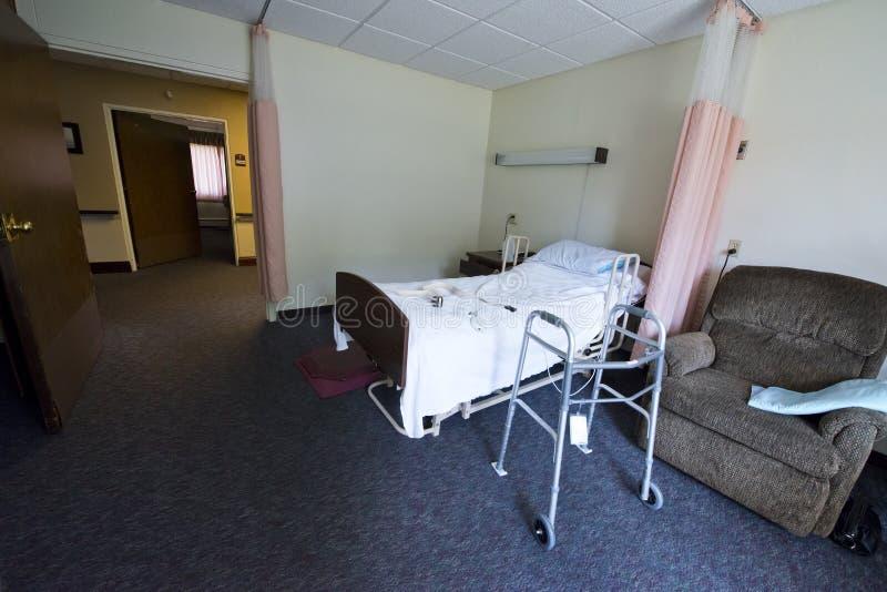 Pflegeheim-Raum und Bett, unterstütztes Leben stockfotos