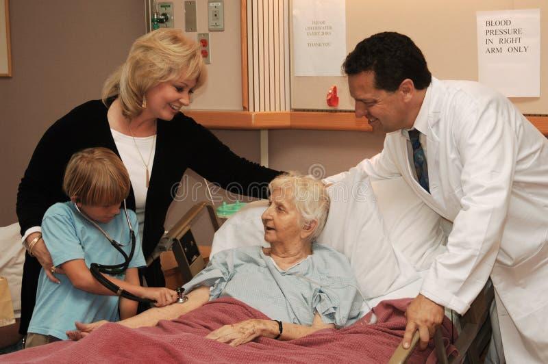 Pflegeheimbesuch mit Doktor lizenzfreie stockbilder