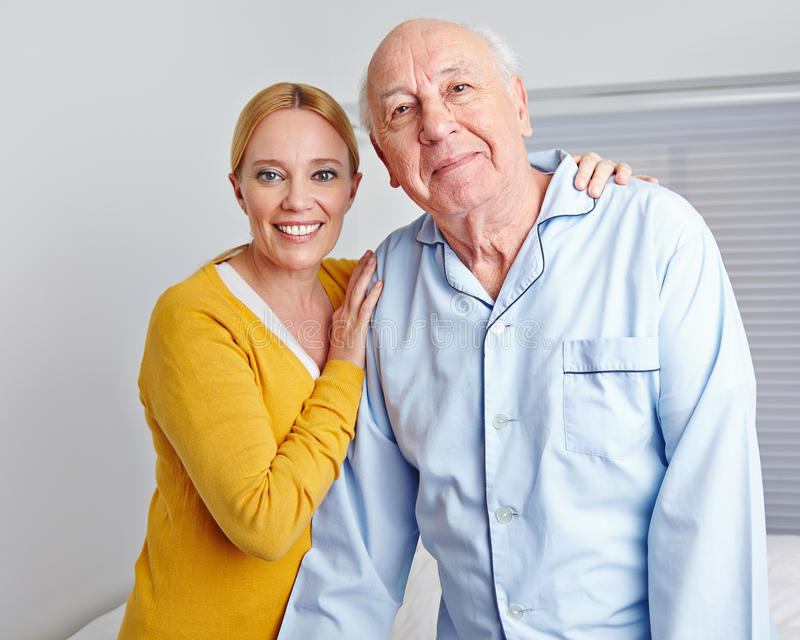 Pflegekraft, die älteren Mann pflegt lizenzfreie stockfotos