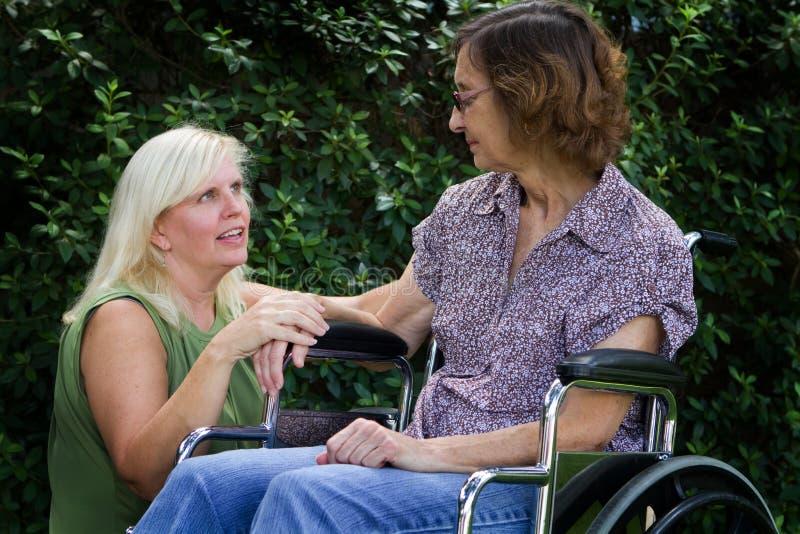 Pflegekraft mit Patienten stockfoto
