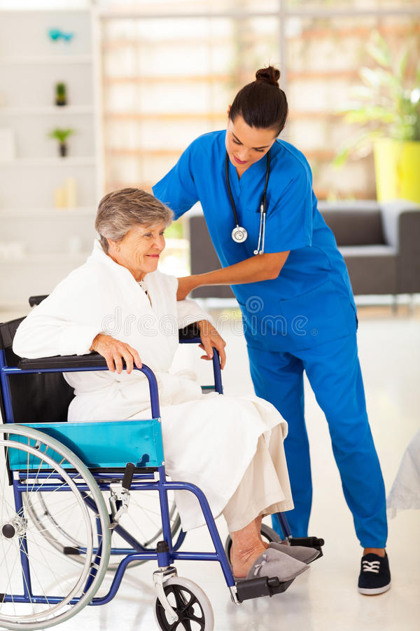 Pflegekraftseniorrollstuhl lizenzfreies stockfoto