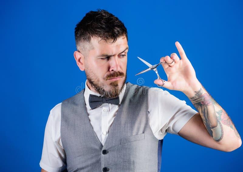Pflegen des wirklichen Mannes Friseursalonmeister mit Scheren B?rtiger reifer Hippie-Griff, der Blatt rasiert Gesch?ftsmannpflege stockfotografie