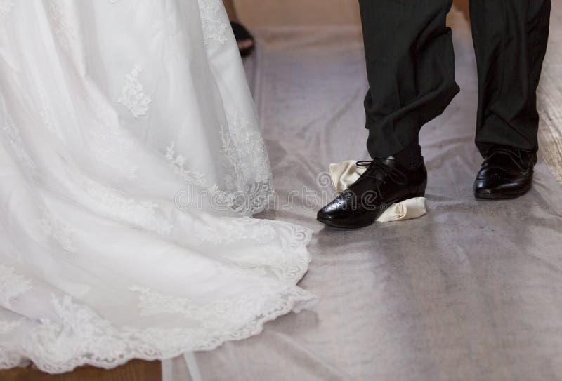 Pflegen Sie das Brechen eines Glases an einer jüdischen Hochzeit stockfotografie