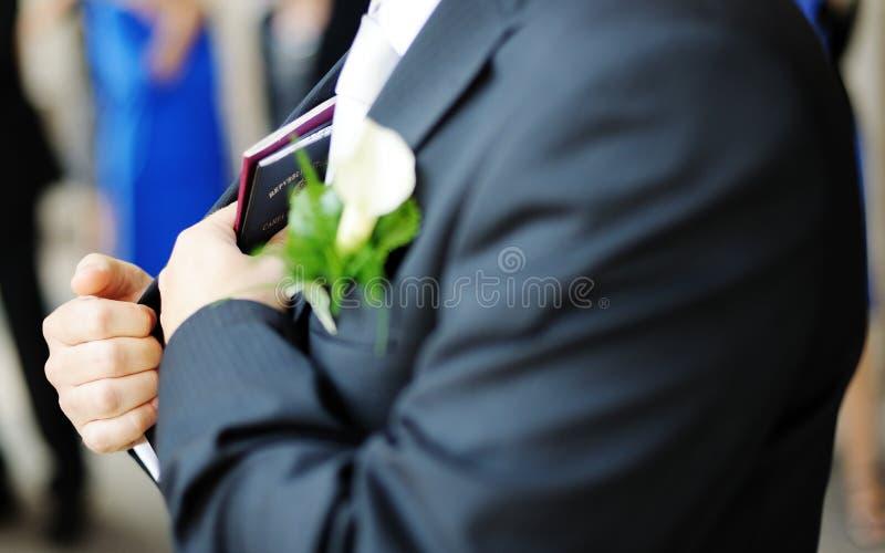Bräutigam mit Pässen stockfotografie