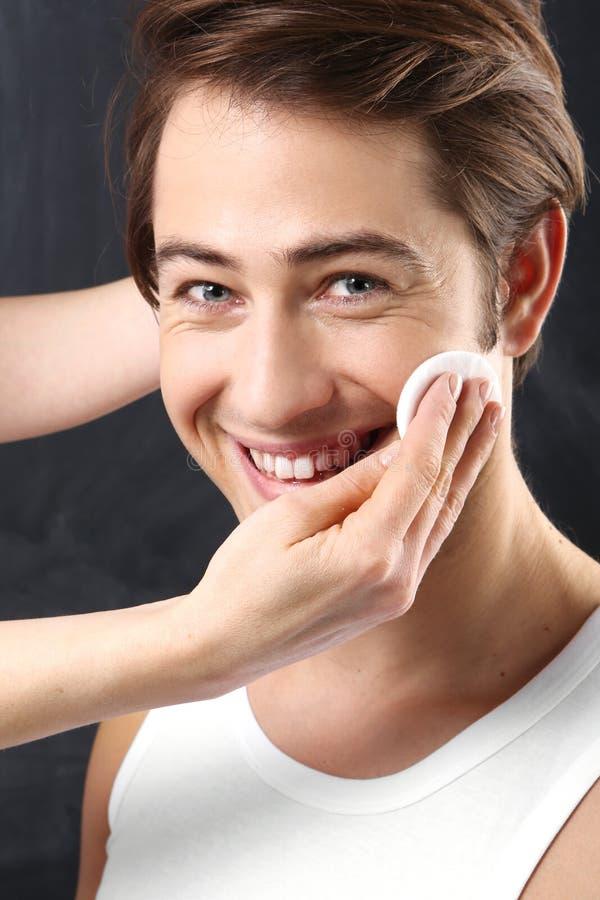 Pflegender Männer, Reinigungsgesichtsbehandlung der Haut stockfotografie