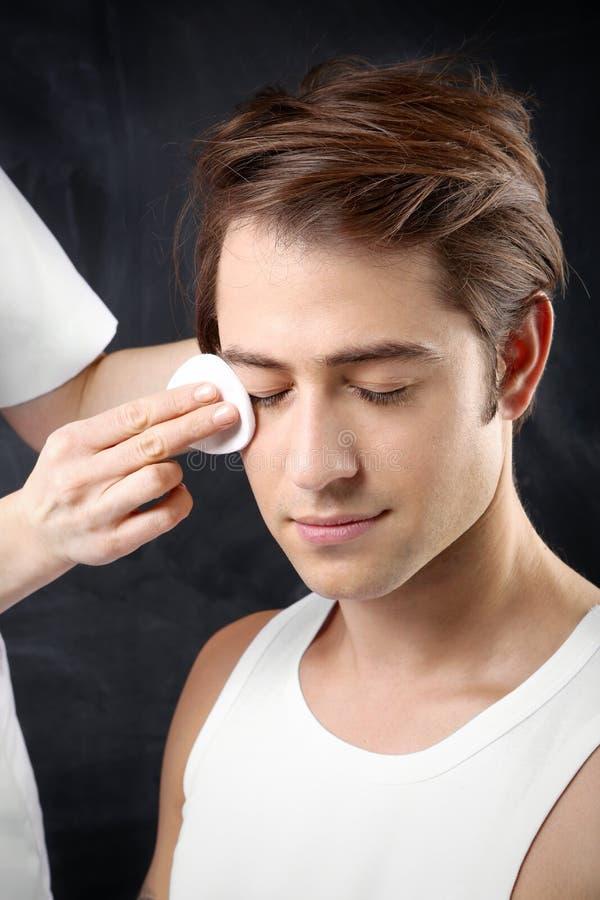 Pflegender Männer, Reinigungsgesichtsbehandlung der Haut stockbilder