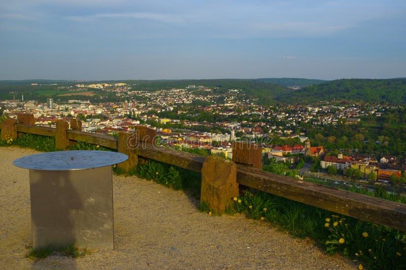PFORZHEIM, DEUTSCHLAND - 29. April 2015: cityview vom Denkmal der Bombardierungs-Stadt auf dem Wallberg-Schutt-Hügel stockfotografie