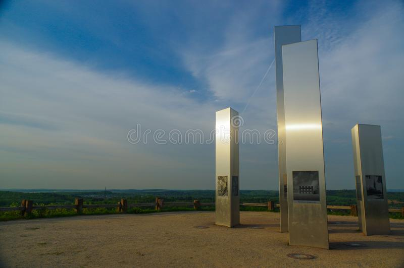 PFORZHEIM, DEUTSCHLAND - 29. April 2015: Denkmal der Bombardierungs-Stadt auf dem Wallberg-Schutt-Hügel stockfotografie