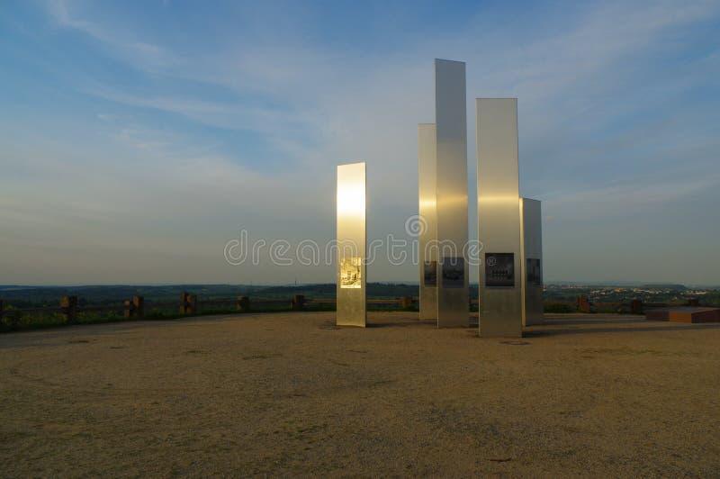 PFORZHEIM, DEUTSCHLAND - 29. April 2015: Denkmal der Bombardierungs-Stadt auf dem Wallberg-Schutt-Hügel stockbilder