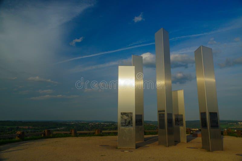 PFORZHEIM, DUITSLAND - April 29 2015: Gedenkteken van het Bombarderen van Stad op de Wallberg-Puinheuvel royalty-vrije stock afbeelding
