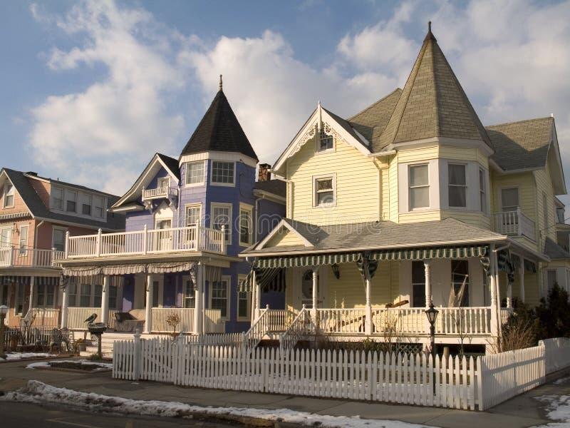 Pfostenzaun-und Victorian-Häuser lizenzfreies stockbild