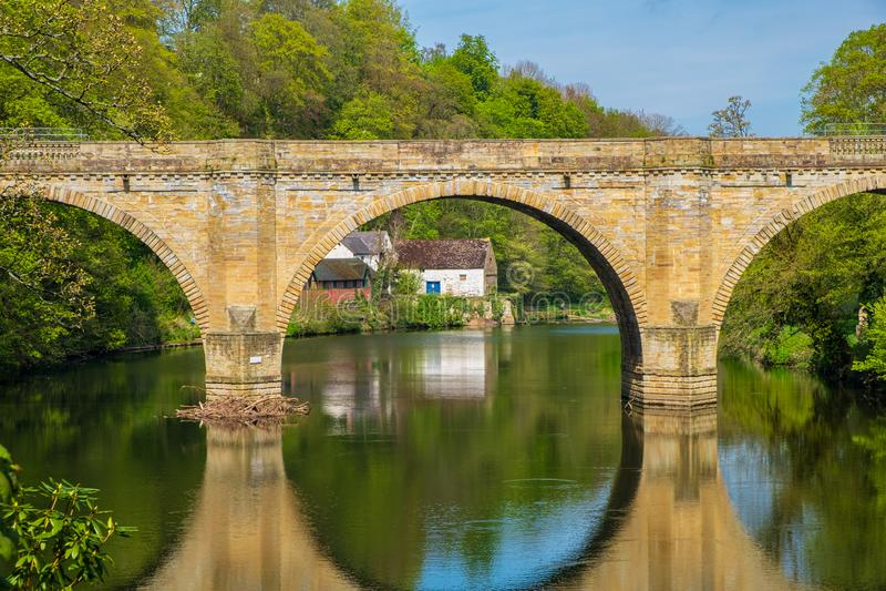 Pfründe-Brücke, eine von drei Steinbogenbrücken, die Fluss-Abnutzung in Durham, England kreuzen stockfotografie