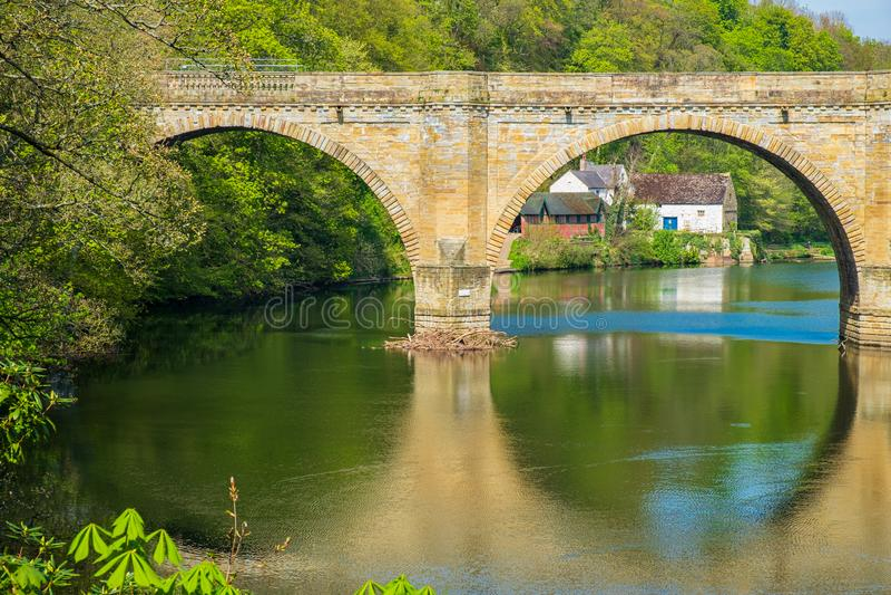 Pfründe-Brücke, eine von drei Steinbogenbrücken, die Fluss-Abnutzung in Durham, England kreuzen lizenzfreies stockbild