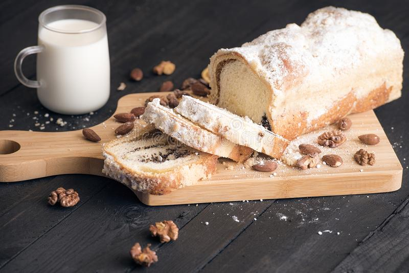 Pfundkuchen mit Mohn und Nüssen lizenzfreie stockbilder