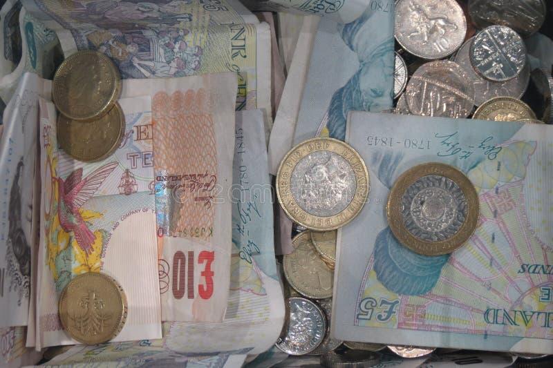 Pfundmünzen und -banknoten lizenzfreie stockfotografie