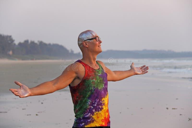 Phénomène chauve d'homme en vêtements lumineux et verres ronds à une PA de phénomène image stock