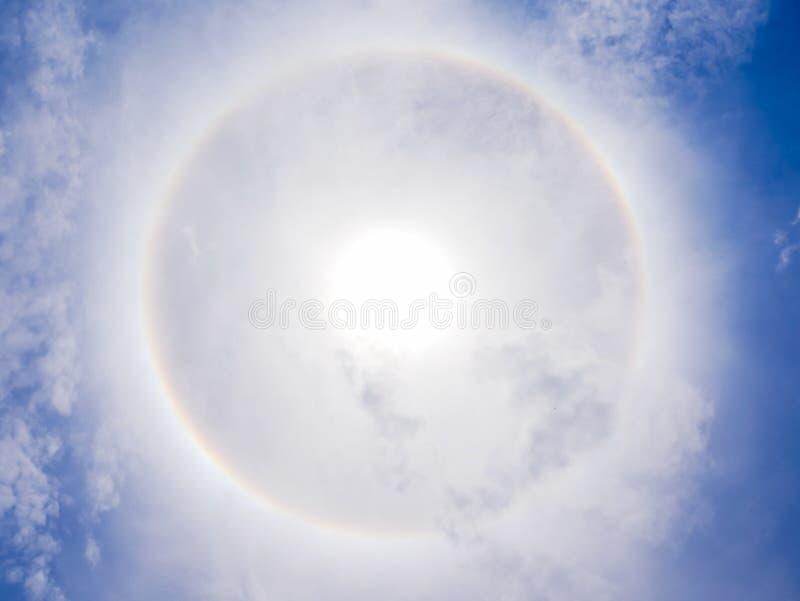 Phénomène de halo de Sun sur le ciel bleu photo libre de droits