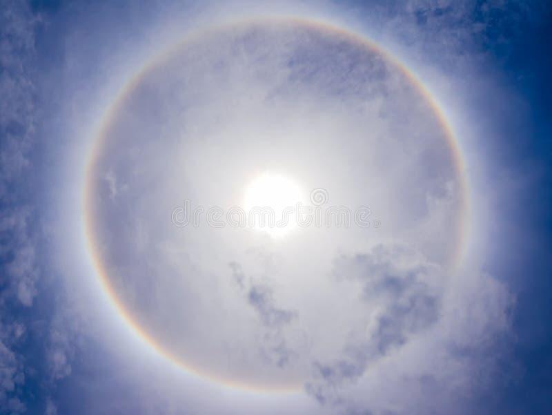 Phénomène de halo de Sun sur le ciel bleu photographie stock libre de droits