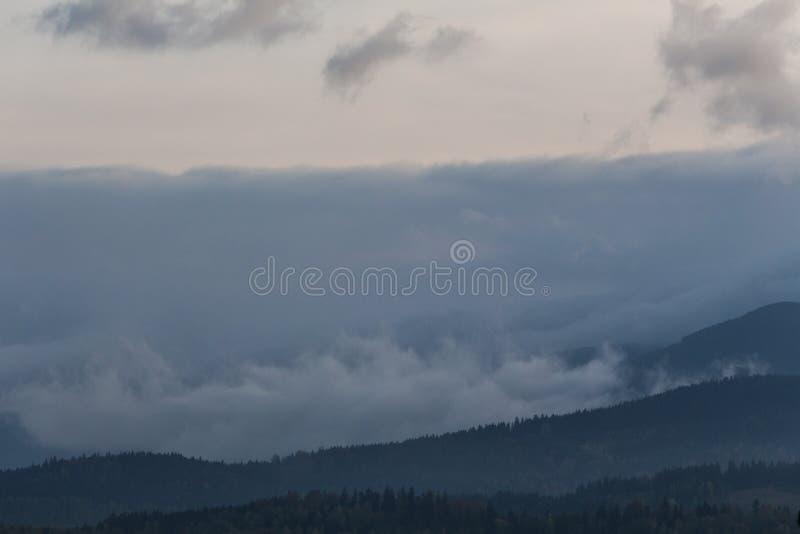 Phénomène de temps d'été Paysage saisonnier avec le brouillard de matin en vallée Les nuages ont trempé la vallée au-dessous du n photos libres de droits