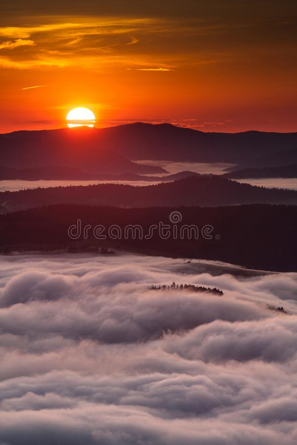 Phénomène de temps d'été Paysage saisonnier avec le brouillard de matin en vallée Les nuages ont trempé la vallée au-dessous du n images libres de droits
