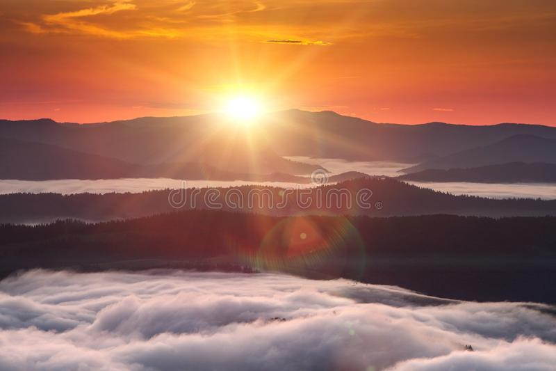 Phénomène de temps d'été Paysage saisonnier avec le brouillard de matin en vallée Les nuages ont trempé la vallée au-dessous du n image libre de droits