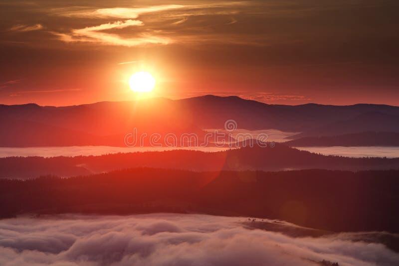 Phénomène de temps d'été Paysage saisonnier avec le brouillard de matin en vallée Les nuages ont trempé la vallée au-dessous du n photo stock