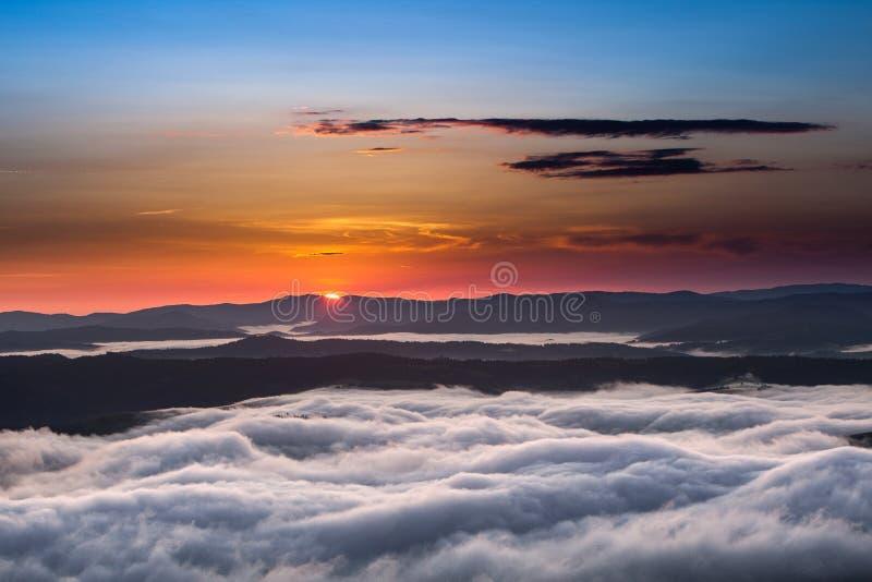 Phénomène de temps d'été Paysage saisonnier avec le brouillard de matin en vallée Les nuages ont trempé la vallée au-dessous du n image stock