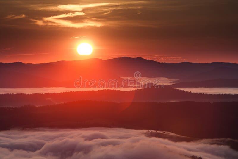 Phénomène de temps d'été Paysage saisonnier avec le brouillard de matin en vallée Les nuages ont trempé la vallée au-dessous du n photographie stock