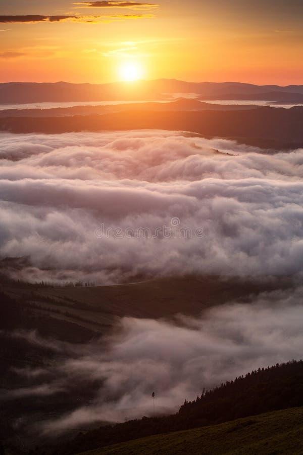 Phénomène de temps d'été Paysage saisonnier avec le brouillard de matin en vallée Les nuages ont trempé la vallée au-dessous du n images stock