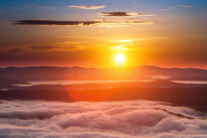 Phénomène de temps d'été Paysage saisonnier avec le brouillard de matin en vallée Les nuages ont trempé la vallée au-dessous du n photographie stock libre de droits