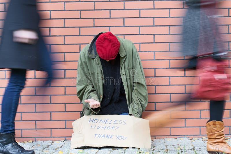 Phénomène des sans-abri dans une grande ville images stock