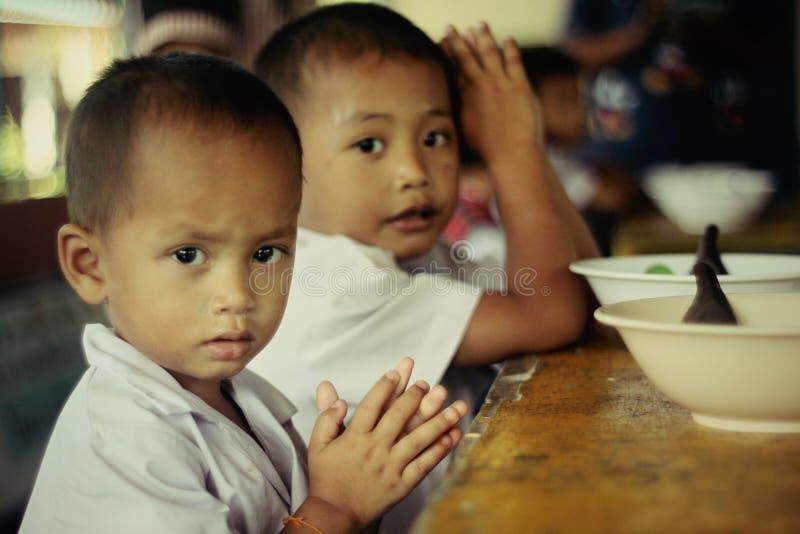 Phénomène des sans-abri minable d'enfant désavantagé d'enfants malheureux photo libre de droits