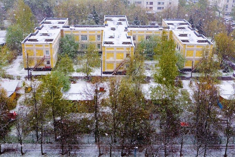 Phénomène naturel : chutes de neige fortes d'un ressort à Moscou images stock