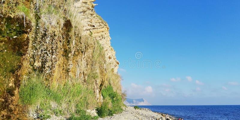 Phénomène naturel peu commun - les roches pleurantes Bord de la mer rocheux Fond naturel photos libres de droits