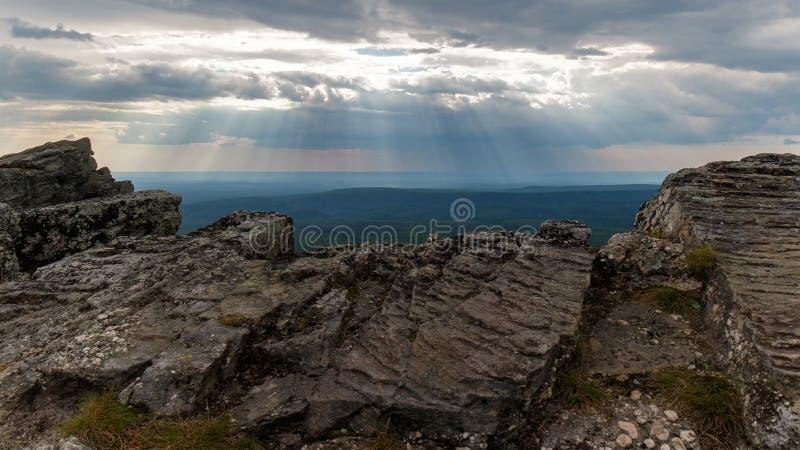 Phénomène naturel : rayons crépusculaires Vue de haute de montagne image stock