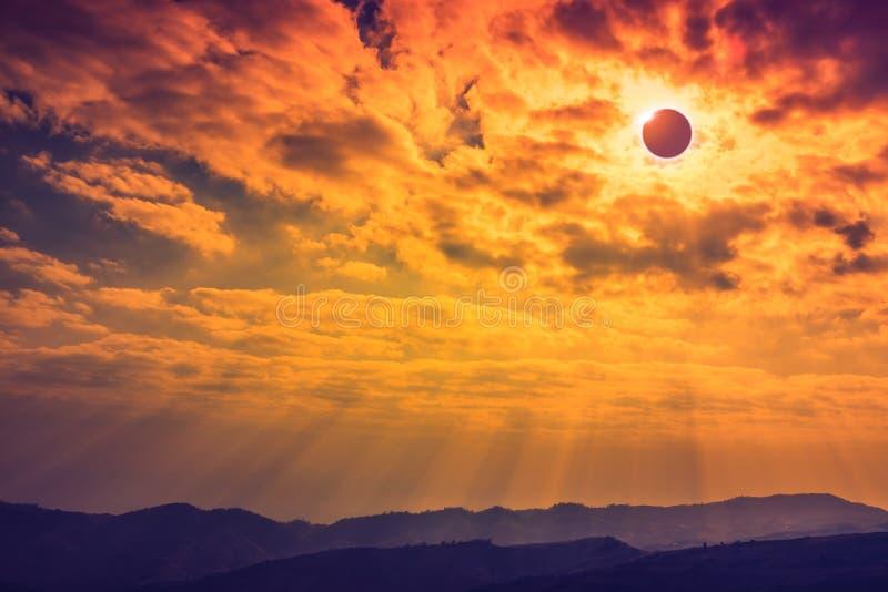 Phénomène naturel scientifique Éclipse solaire totale avec le diamant images stock