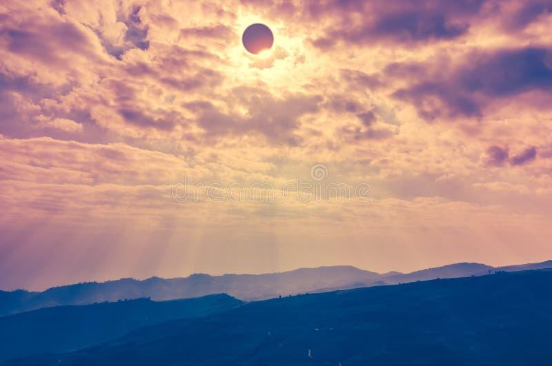 Phénomène naturel scientifique Éclipse solaire totale avec le diamant photographie stock