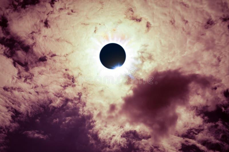 Phénomène naturel scientifique Éclipse solaire totale avec le diamant image stock