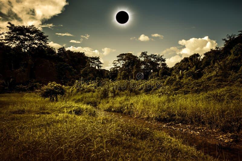 Phénomène naturel scientifique Éclipse solaire totale rougeoyant sur la SK images libres de droits