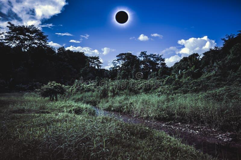 Phénomène naturel scientifique Éclipse solaire totale rougeoyant sur la SK photos stock