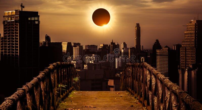 Phénomène naturel scientifique étonnant Glowi total d'éclipse solaire image stock
