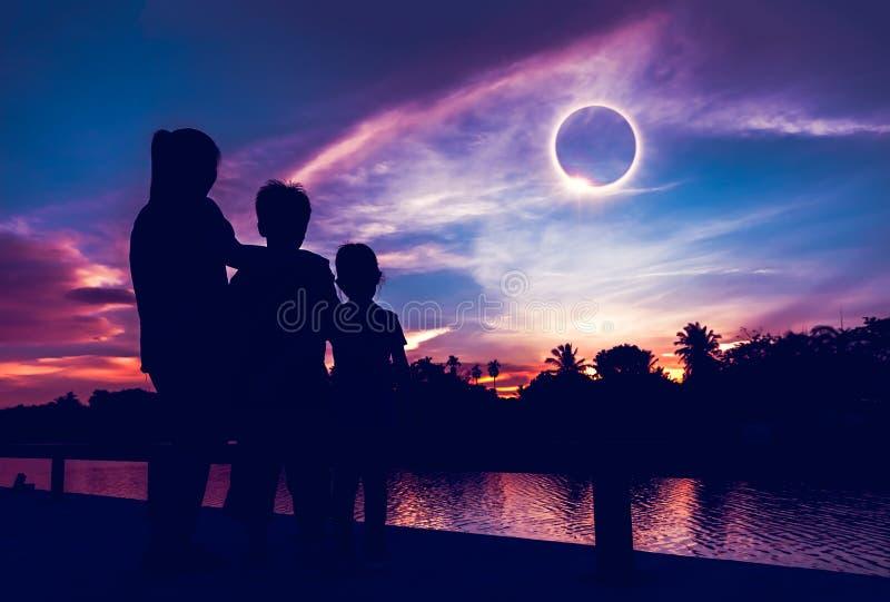 Phénomène normal Éclipse solaire totale de regard pour trois personnes photos stock