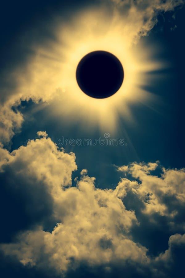 Phénomène normal L'espace d'éclipse solaire avec le nuage sur le ciel b d'or photos stock