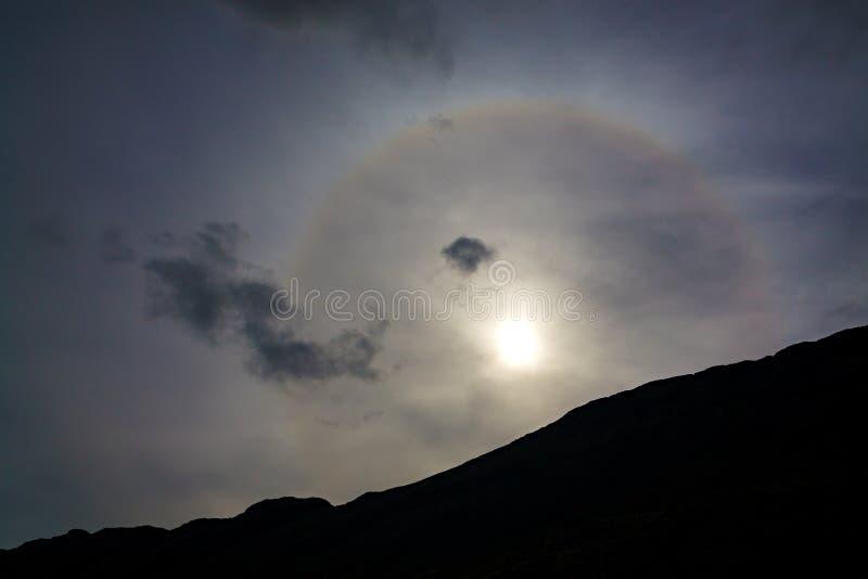 Phénomène solaire de halo dans le ciel au-dessus des montagnes photographie stock