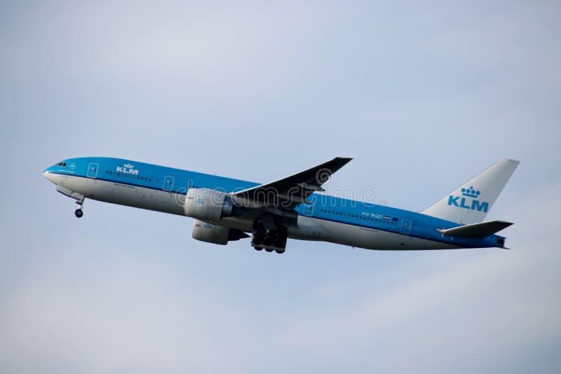 Ph-BQD de Luchtvaartlijnen Boeing 777-206 van KLM Royal Dutch vertrekt van Kaagbaan 06-24 van Schiphol Amsterdam Nederland stock foto's